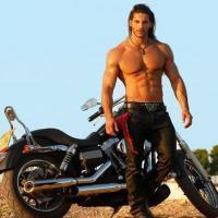 Dögös test, hosszú haj, egy jó motor – Kallen Jamison